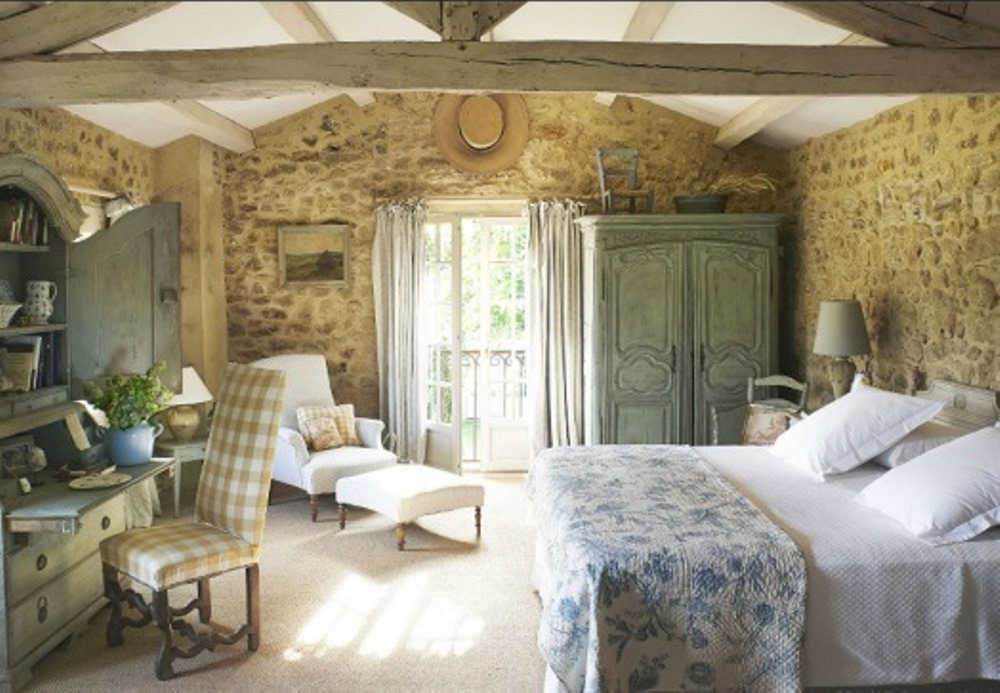 Old-time furniture in a country chic style bedroom
