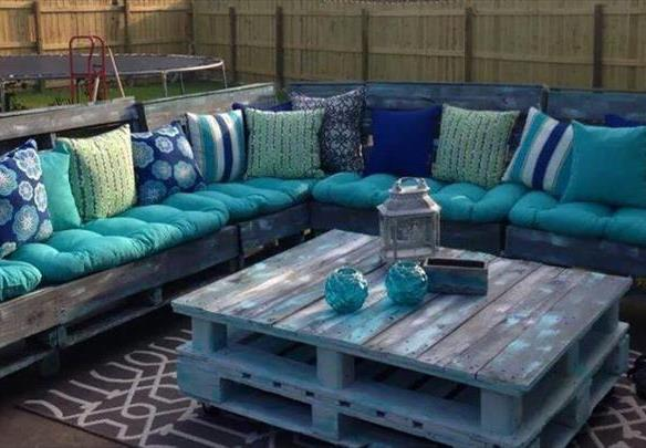 Pallets as outdoor furniture for rentals - BnbStaging le blog