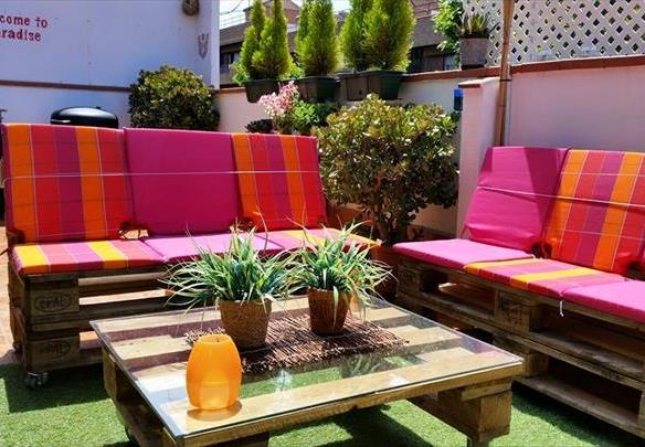 Handamde pallet outdoor sofa with red cushions