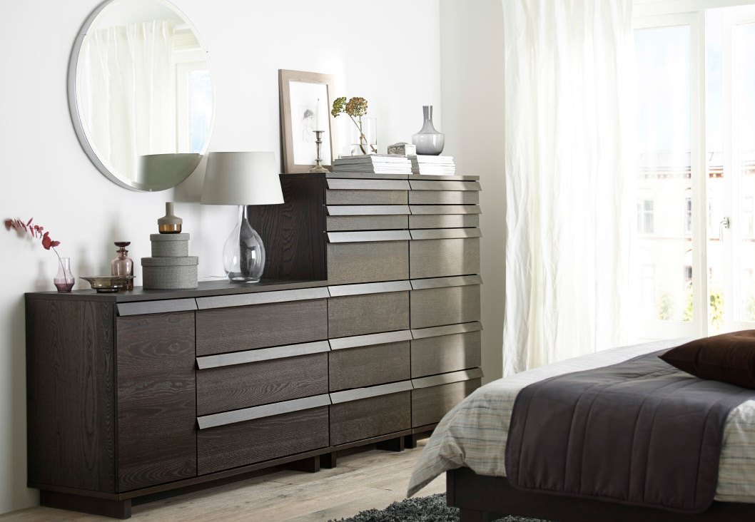 Bedroom with a drawer and decor accessories
