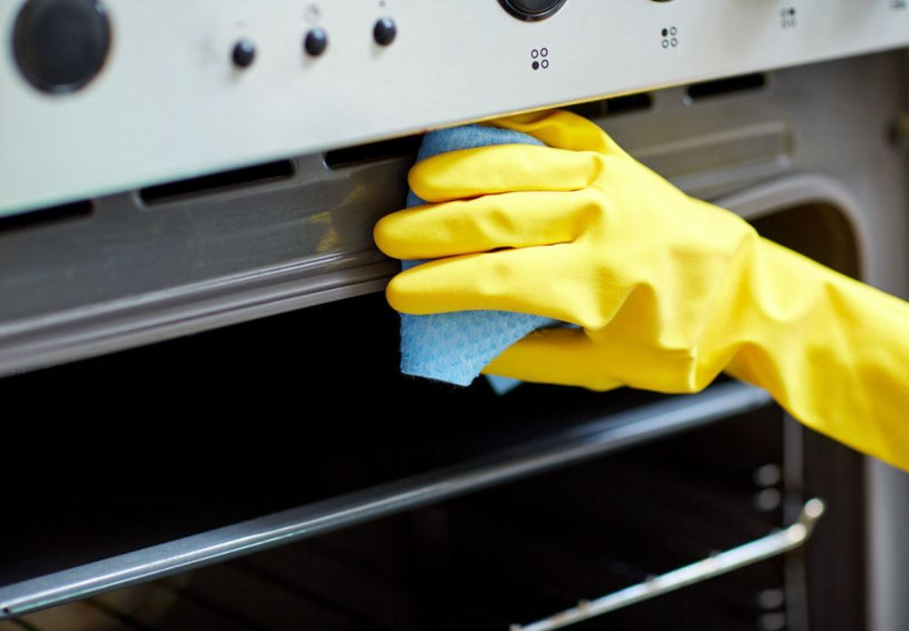 Clean an oven, Dolgachov from 123RF - BnbStaging the blog